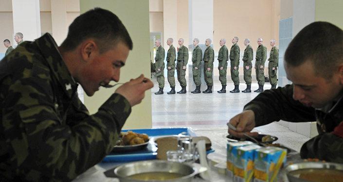 Солдаты в столовой, архивное фото
