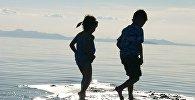 Дети гуляют по воде
