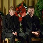 Сыновья актера Владимира Толоконникова Родион (слева) и Иннокентий Толоконниковы на церемонии прощания