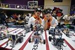 Дети на соревнованиях по робототехнике, архивное фото