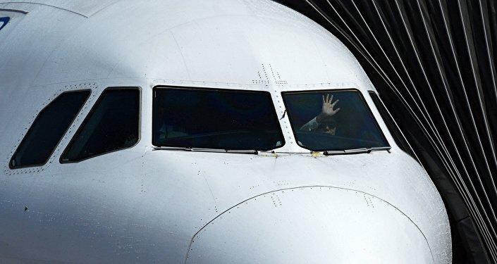 Пилот в кабине самолета, архивное фото