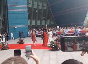 Безумная женщина на красной дорожке кинофестиваля Евразия в Астане