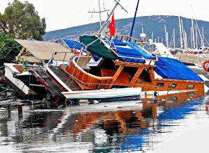 Поврежденные лодки после землетрясения и цунами в курортном городе Гюмбет в провинции Турции