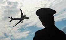 Архивное фото пилота, следящего за самолетом в небе