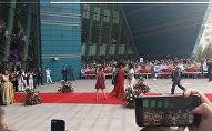 Вайнер Нурлан Батыров в образе Безумная женщина на красной дорожке кинофестиваля Евразия