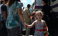 Девочка у автобуса, архивное фото