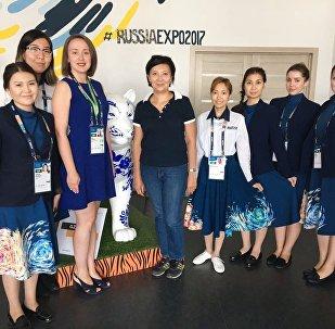 Астанчанка Ардак Аупбаева (в центре) стала 300-тысячным посетителем павильона России на ЭКСПО