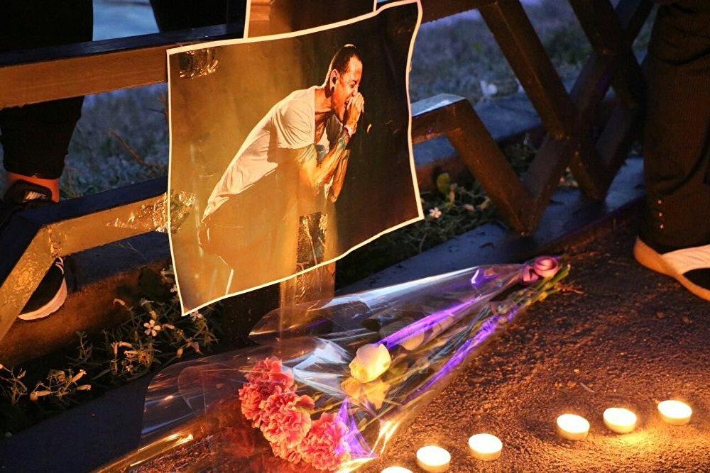 Linkin Park тобының елордалық фанаттары 20 шілдеде өмірден озған топ вокалисті Честер Беннигтонды еске алу үшін Есіл өзенінің жағалауында жиналды. Табынушылары топтың сүйікті әндерін гитарамен орындады.
