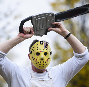 Мужчина в маске с бензопилой