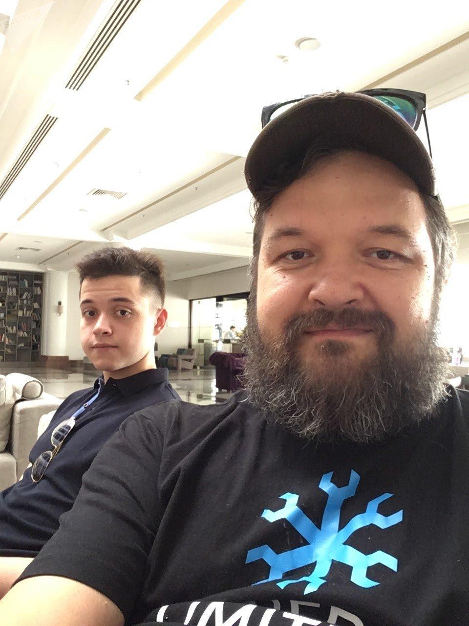 Видеоблогер Фирамир - слева