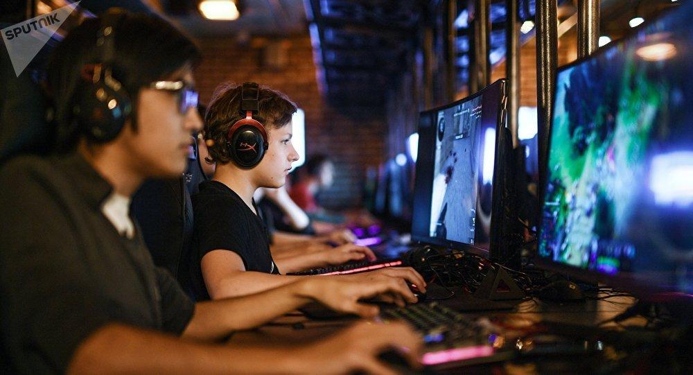 Посетители в компьютерном клубе, архивное фото