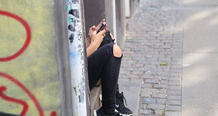 Телефон ұстаған қыз