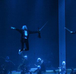 Музыканты оркестра взлетали на шоу Марата Бисенгалиева в Астане