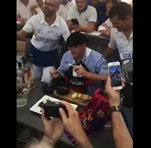 Мэр французского города съел крысу, проиграв спор