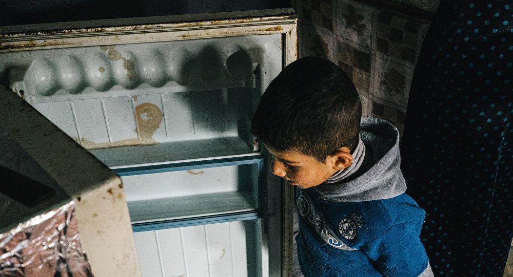 Мальчик у холодильника, архивное фото