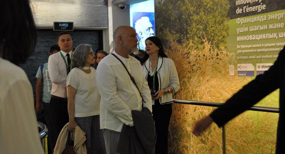 Джон Малкович посетил выставку ЭКСПО-2017 в Астане