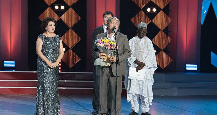 Гран-при в номинации Лучший фильм кинофестиваля Евразия получил казахстанский кинорежиссер Сабит Курманбеков с картиной Оралман