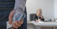 Деньги в руке, иллюстративное фото