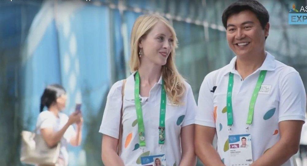 Граждане США Каулан Кусайынхан и Джулия Маклейн работают волонтерами выставки ЭКСПО-2017 в Астане