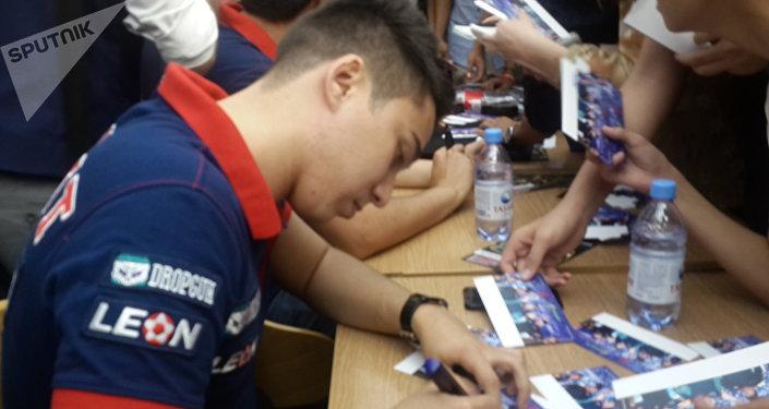 Фанаты сорвали пресс-конференцию с чемпионами по киберспорту в Астане