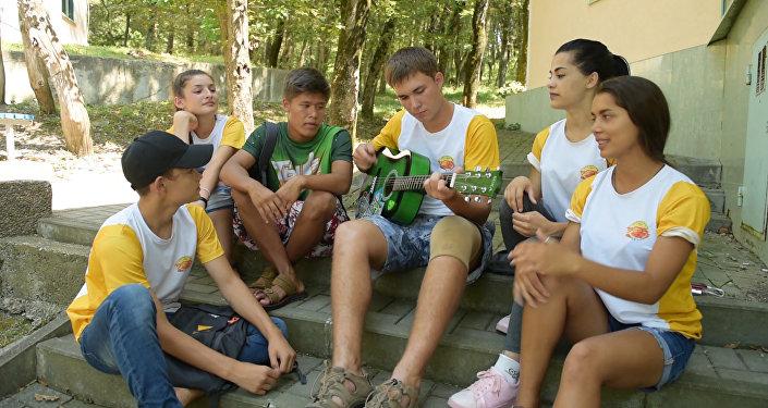 Участники шоу Ты супер! исполнили песню Алые паруса в лагере Орленок