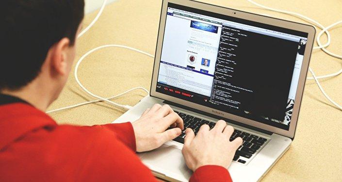 Программист за компьютером