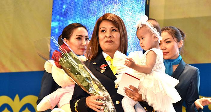 Проводница пассажирского поезда Алтынай Рамбаева, спасшая в поезде 9-месячного ребенка