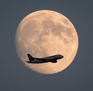 Самолет на фоне луны, архивное фото