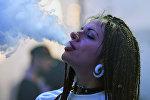 Девушка пускает дым от сигарет, архивное фото