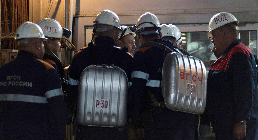 Сотрудники военизированной горноспасательной части во время эвакуации горнорабочих рудника Мир в Якутии