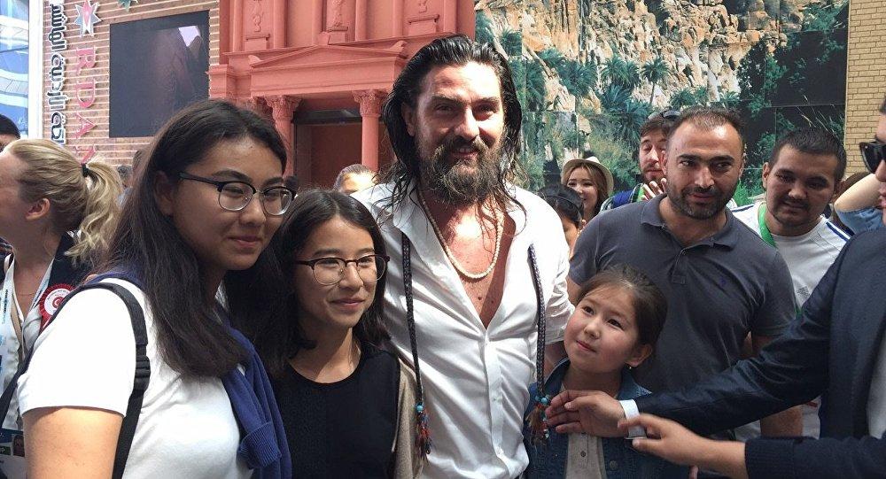 Казахстанские фанаты турецких актеров создали очередь в павильон Турции на ЭКСПО