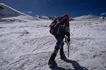 Альпинист в горах, архивное фото