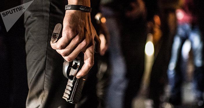 Архивное фото вооруженного человека