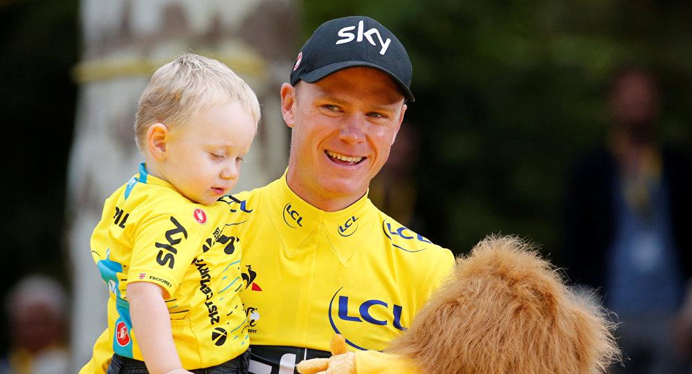 Крис Фрум из Великобритании празднует свою общую победу со своим сыном Келланом