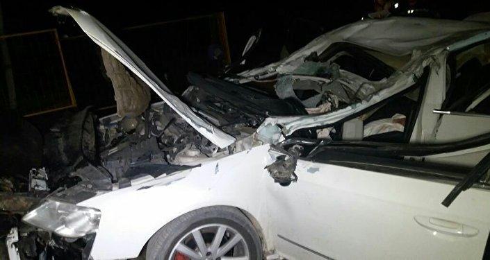 Автомобиль пробил ограждение и врезался в трубу теплотрассы