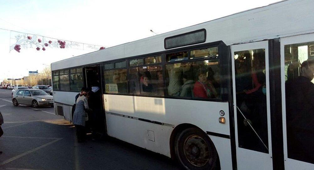 Архивное фото переполненного автобуса в Астане