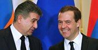 Председатель правительства РФ Дмитрий Медведев и глава правительства Армении Карен Карапетян (справа)