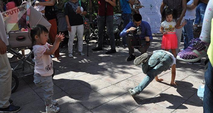 Артисты Цирка дю Солей в реабилитационном центре Солнечный мир