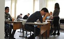 Ученики во время экзамена, архивное фото