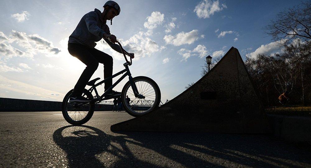 Трюк на велосипеде, архивное фото