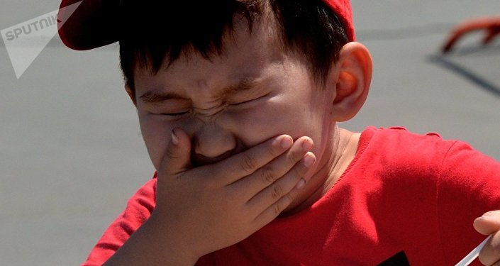 Мальчик закрывает рот, архивное фото