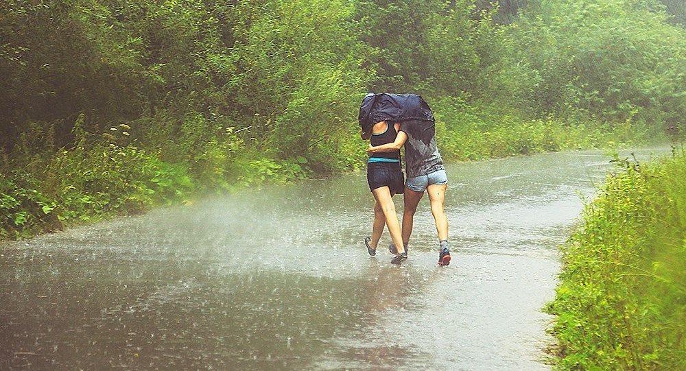 Люди под дождем, архивное фото