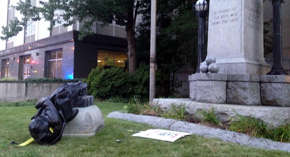 Протестующие вСеверной Каролине повалили монумент  войскам Конфедерации
