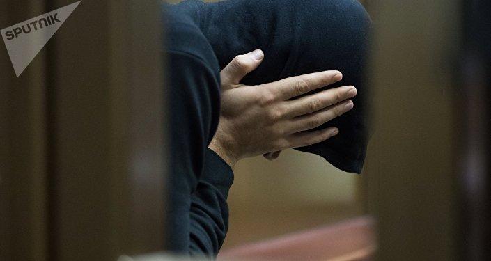 Архивное фото мужчины на скамье подсудимых