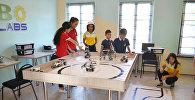 Дети на занятиях по робототехнике