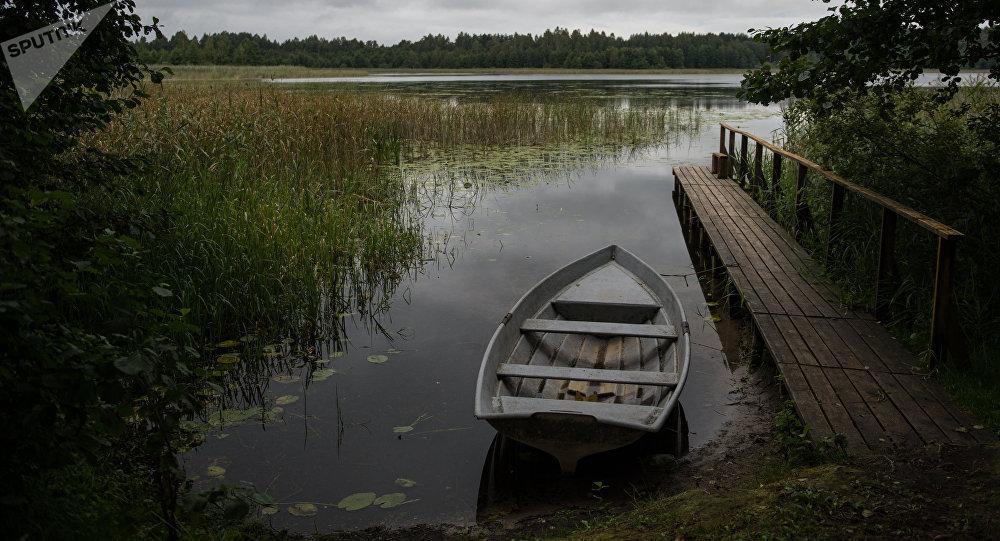 Лодка на берегу озера, архивное фото