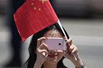 Девушка держит в руках флаг Китая
