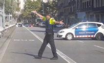 Полицейский на улице, после того, как фургон врезался в людей в центре Барселоны