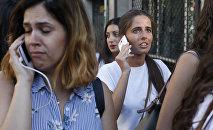 Люди покидают оцепленную территорию после того, как фургон врезался в толпу в центре Барселоны
