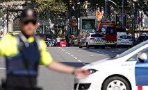 Полиция прибыла в оцепленную зону после того, как фургон врезался в толпу в центре Барселоны